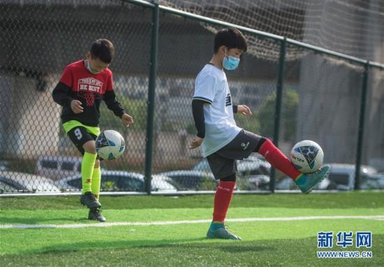 (体育)(4)全民健身――武汉:重返绿茵球场 享受运动快乐