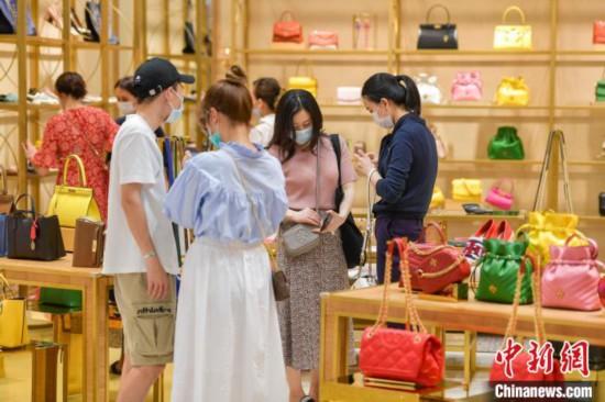 海口日月広場免税店で商品を購入する観光客(撮影・駱雲飛)。