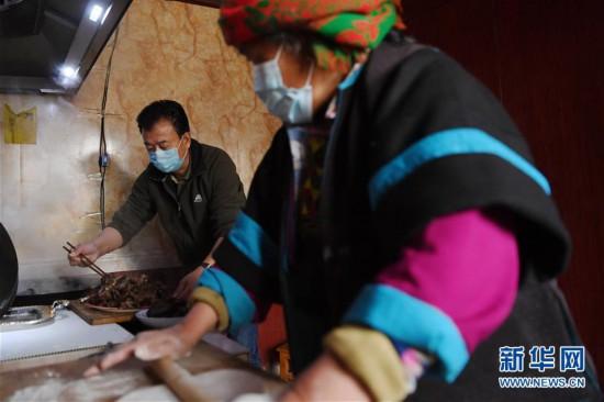 """(脱贫攻坚·图片故事)(12)扶贫相册——藏族村寨的脱贫""""贴心人"""""""
