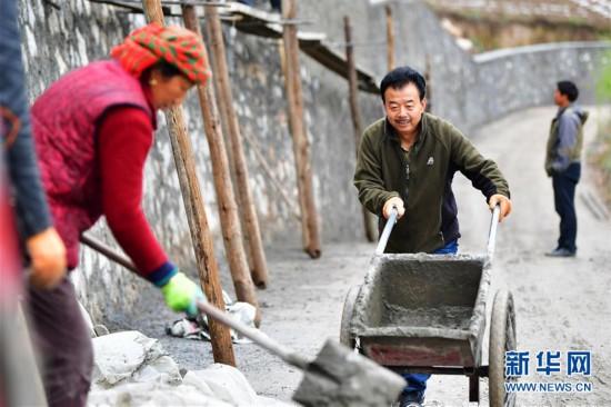 """(脱贫攻坚·图片故事)(9)扶贫相册——藏族村寨的脱贫""""贴心人"""""""