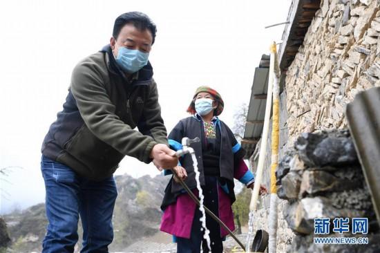 """(脱贫攻坚·图片故事)(15)扶贫相册——藏族村寨的脱贫""""贴心人"""""""