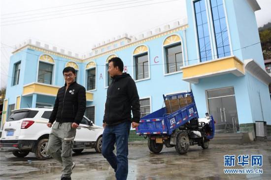 """(脱贫攻坚·图片故事)(13)扶贫相册——藏族村寨的脱贫""""贴心人"""""""