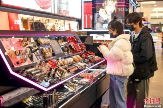 """化妆品要涨价了吗?原料告急""""美丽行业""""多灾多难"""