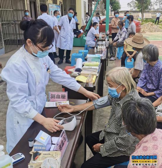 防城港市中医医院到上思县思阳镇易和村开展义诊活动