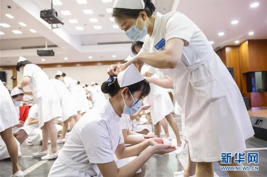 """(医卫)(2)北京:新入职护士""""授帽""""纪念南丁格尔"""