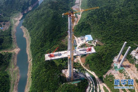 (聚焦复工复产)(4)贵州遵余高速湘江大桥建设进展顺利
