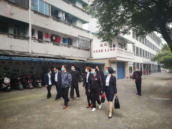刘婉秋指导兴安县第二小学第一批学生复学工作