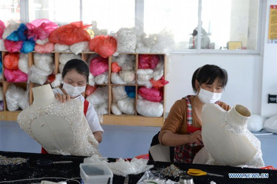 Dingji town in Anhui exports wedding dresses to over 50 countries, regions