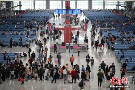全国铁路迎返程客流高峰 预计发送旅客615万人次