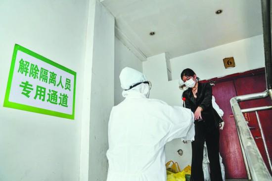 观察点内,工作人员正在为解除隔离人员消毒