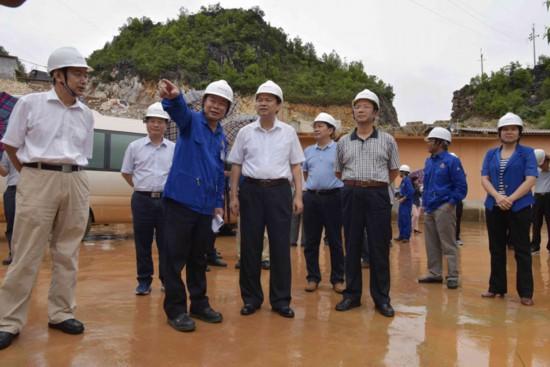 周異決市長(前右二)到德保縣百礦電解鋁一體化項目建設現場檢查指導工作。(趙飛雲 攝)
