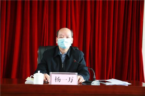 图为自治区残联党组副书记、副理事长、一级巡视员、机关党委书记杨一万主持会议