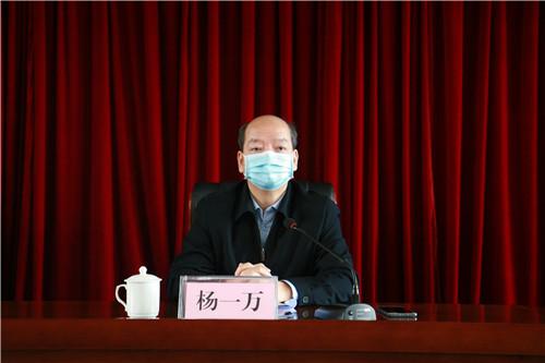 图为自治区残联党组副书记、副理事长杨一万讲话