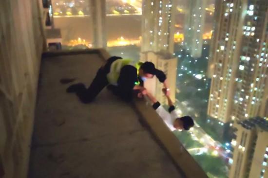 蘇州昆山巡邏員34層樓頂抓住輕生者 大喊:別放!