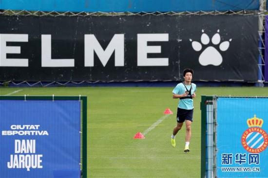 (体育)(3)足球――西班牙人队恢复训练