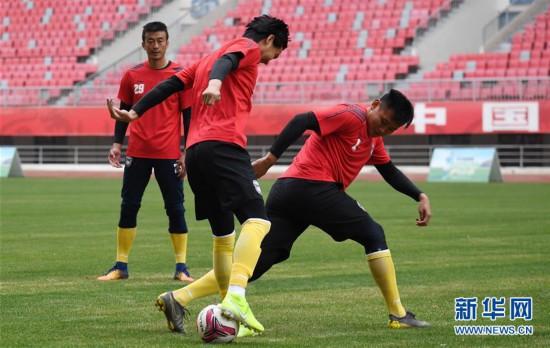 (体育)(6)足球――中甲:陕西大秦之水队举行公开训练课