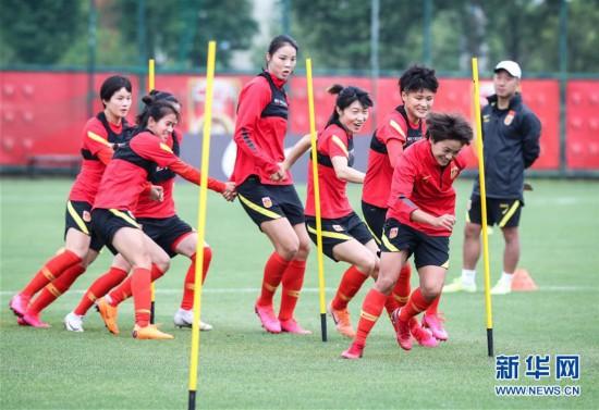 (体育)(1)足球――中国女足举行公开训练课
