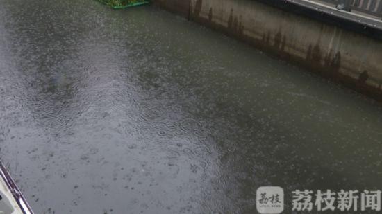 """污水管网体系不健全 南京珍珠河雨后成了""""墨汁河"""""""