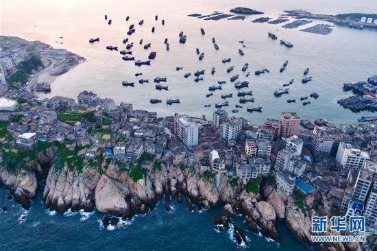 (社会)(1)福建:伏季休渔船泊港