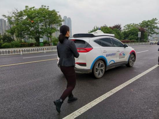 长沙梅溪湖国际文化艺术中心附近,一位女市民准备试乘百度阿波罗自动驾驶出租车。新华社记者刘良恒 摄