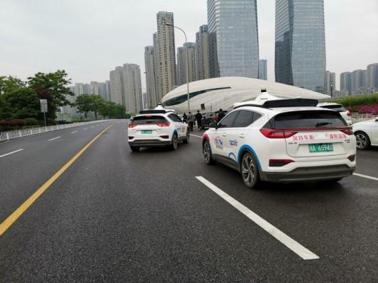 长沙梅溪湖国际文化艺术中心附近,一辆百度阿波罗自动驾驶出租车准备停靠路边。新华社记者刘良恒 摄