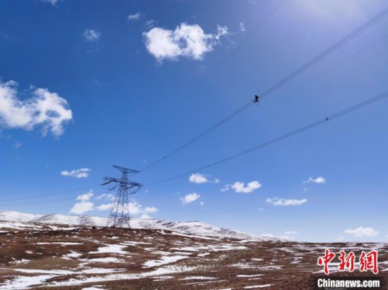 海拔5000米:青藏联网工程首次高空走线巡检