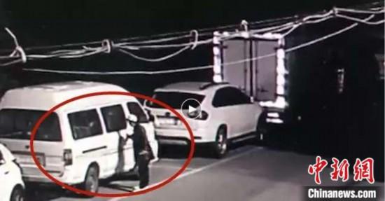 """男子""""随意拉车门""""3天偷走5辆车被抓称""""宁愿坐牢"""""""
