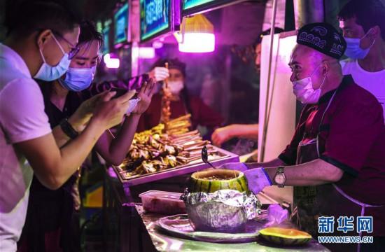 (社会)(1)品美食 赏歌舞 和田夜市迎客来