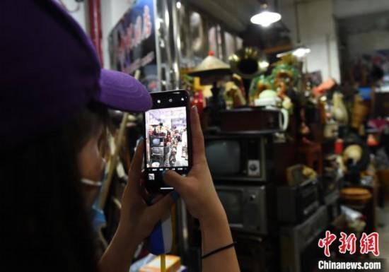 图为重庆跳蚤市场成网红,老物件吸引市民怀旧。 周毅 摄