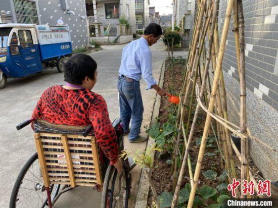 """用行动诠释爱与责任浙江""""好丈夫""""照顾瘫痪妻子28载"""