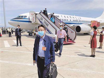 <p>    5月20日,参加十三届全国人大三次会议的在宁全国人大代表抵达北京,共商国是,共谋发展。   本报记者 左鸣远 摄</p>