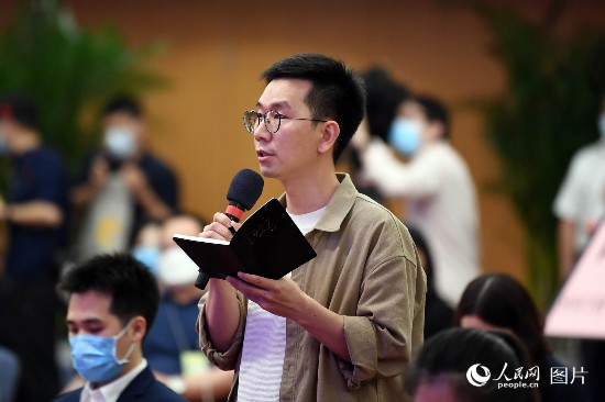 澎湃新聞記者提問。人民網記者 翁奇羽 攝