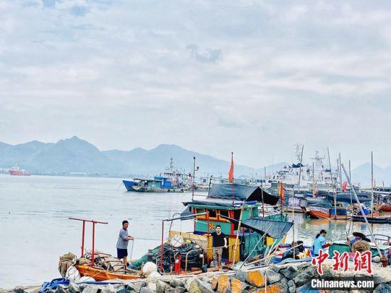 图为村民捕捞作业的渔船。 叶秋云摄