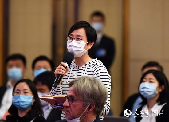 香港星島日報記者提問。人民網記者 翁奇羽 攝