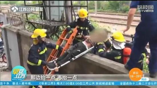 危險!南京一12歲男孩爬火車遭電擊 公安消防齊救援