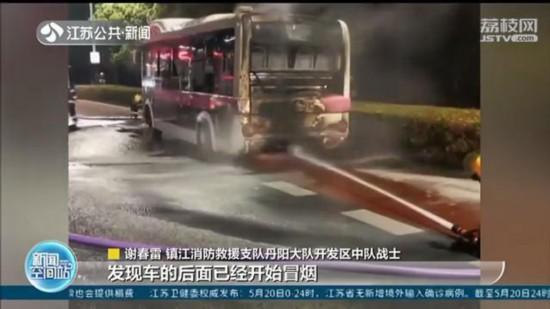 """消防小哥常州探親路遇火災 """"加班""""滅火獲贊"""