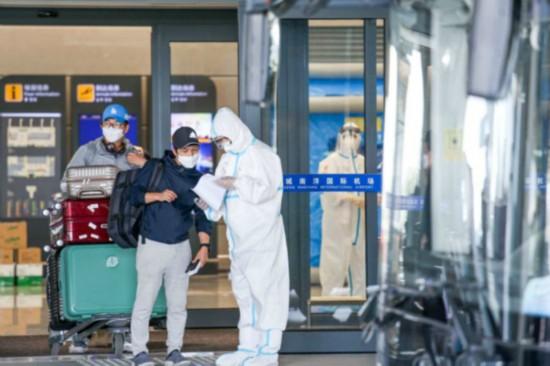 """通过中韩""""快捷通道""""包机来盐的韩籍技术专家在进行健康登记 蔡玉成摄"""