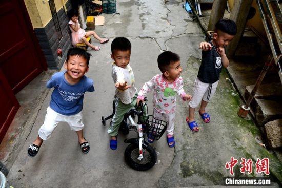 图为小孩在村内骑车玩耍。叶秋云摄