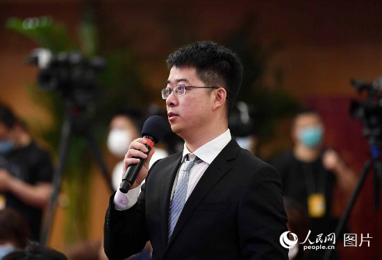 新華社記者提問。人民網記者 翁奇羽 攝