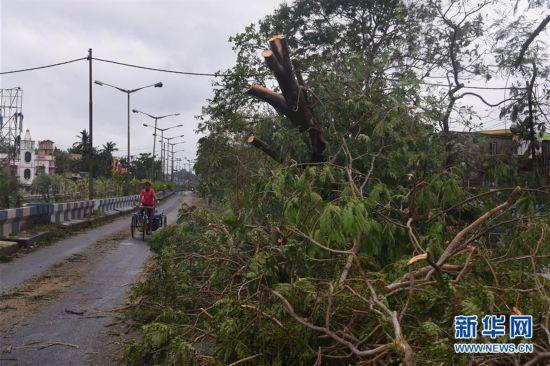 """(国际)(1)气旋风暴""""安攀""""已在印度造成至少77人死亡"""