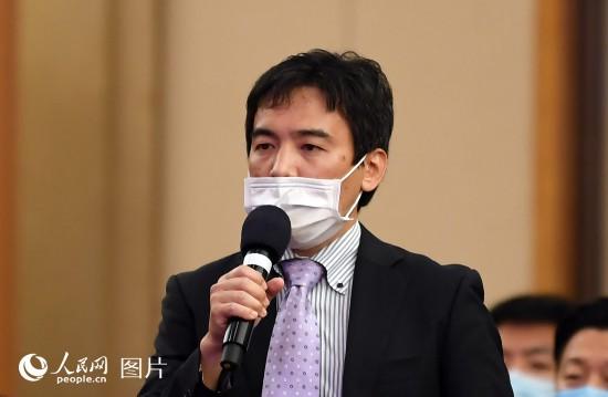 日本富士電視台記者提問。人民網記者 翁奇羽 攝