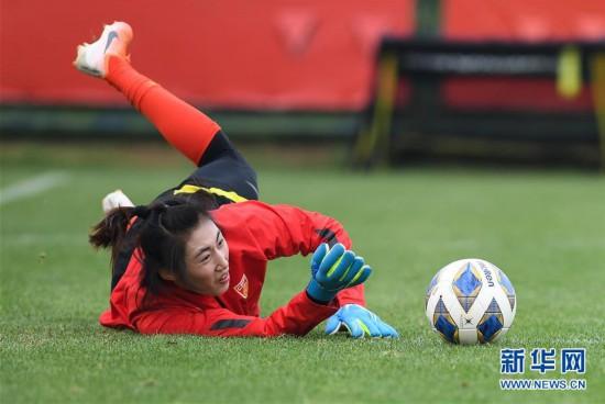 (体育)(8)足球――中国女足举行公开训练课