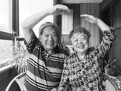 扬州老人为唤醒妻子记忆陪她周游世界