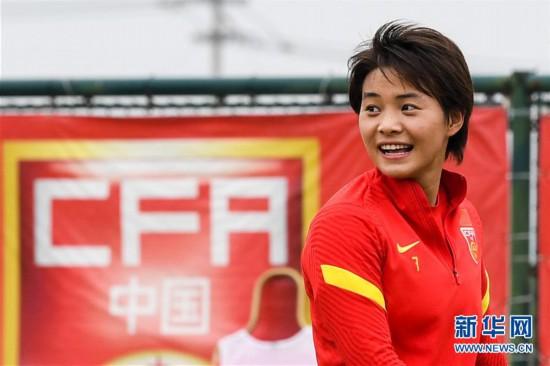 (体育)(9)足球――中国女足举行公开训练课
