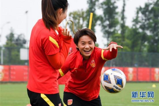 (体育)(3)足球――中国女足举行公开训练课