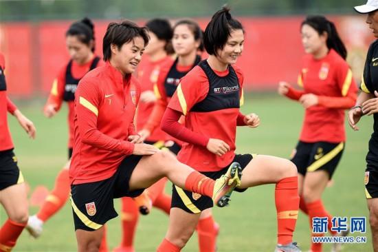 (体育)(4)足球――中国女足举行公开训练课