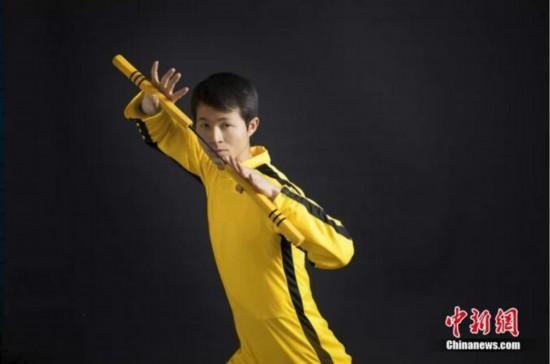 ブルース・リーのトレードマークである黄色いジャージを着た謝徳勝さん。