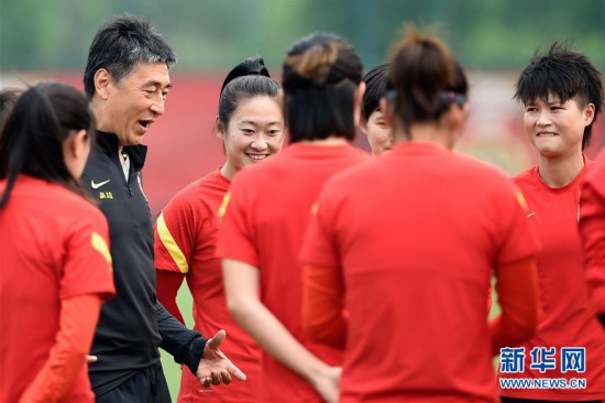 (体育)(2)足球――中国女足举行公开训练课