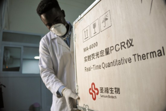 mPharma的工作人员展示从中国湖南圣湘生物科技股份有限公司进口的检测设备(2020年5月6日摄)。新华社发