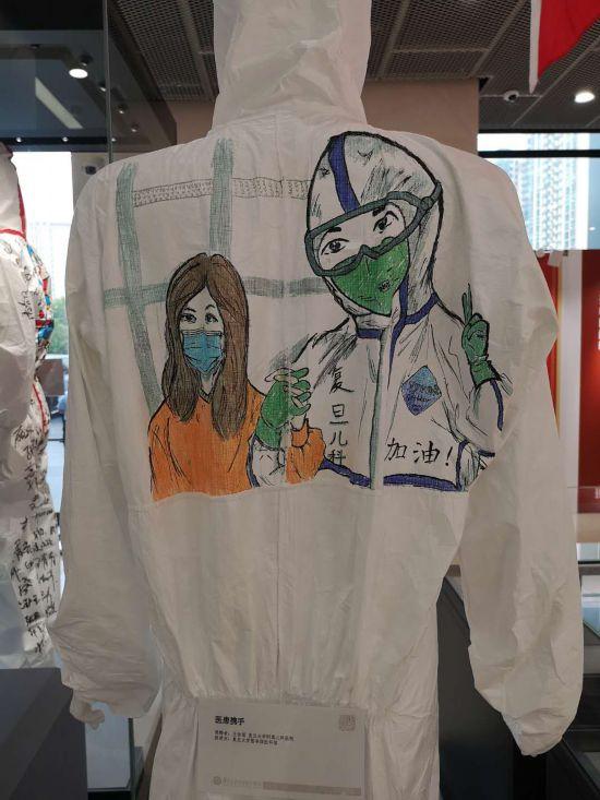 復旦大学附属児童科病院が寄贈した防護服。今後、各医療チームの防護服が順次展示される計画だ(撮影・張慧)。